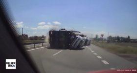 Wstrząsające nagranie ze śląskiej autostrady. Laweta staranowała samochód!