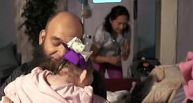 Wzruszające do łez! Ten człowiek od 20 lat adoptuje umierające, niechciane dzieci…